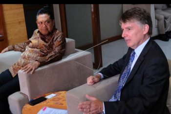 Duta Besar Inggris untuk Indonesia dan Timor Leste Owen Jenkins (kanan) berbincang dengan Wali Kota Denpasar Ida Bagus Rai Dharmawijaya Mantra (kiri) dalam kunjungan resmi pertamanya ke Bali di Gedung Graha Sewaka Dharma, Denpasar, Bali, Senin (23/9/2019). Pertemuan tersebut membahas kerja sama di bidang pelatihan bahasa Inggris antara Pemerintah Kota Denpasar dengan British Council dan Cambridge University yang akan menyasar siswa sekolah, pelaku usaha mikro kecil dan menengah (UMKM), aparatur sipil negara (ASN) dan mahasiswa sekaligus meningkatkan kerja sama di bidang industri kreatif, program