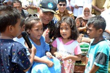 Gempa membuat siswa sekolah menghambur keluar ruangan di Ambon