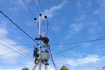 PLN UIW  MMU perbaiki jaringan listrik darurat di Desa Tengah - Tengah