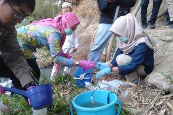 Pencemaran, tim Laboratorium PJT II periksa kondisi air Sungai Cilamaya