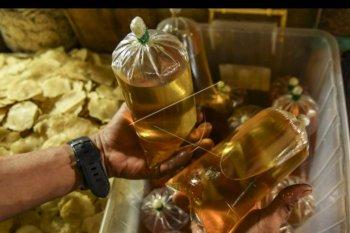 Pedagang menata minyak curah dagangannya di Pasar Minggu, Jakarta, Selasa (8/10/2019). Menteri Perdagangan Enggartiasto Lukita melarang peredaran minyak curah di pasar masyarakat mulai 1 Januari 2020, karena minyak curah wajib menggunakan kemasan yang berstandar. ANTARA FOTO/Muhammad Adimaja/nym