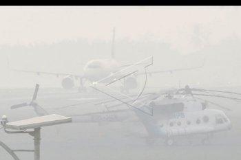 Pesawat terbang milik salah satu maskapai penerbangan swasta lepas landas di Bandara Sultan Mahmud Badaruddin (SMB) II Palembang yang tertutup kabut asap di Palembang, Sumatera Selatan, Selasa (9/10/2019). Sebanyak delapan penerbangan tertunda dan gagal mendarat di Bandara SMB II Palembang akibat tertutup kabut asap. ANTARA FOTO/Mushaful Imam/nym.