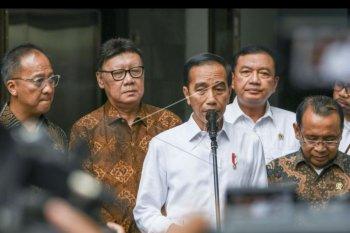 Presiden Joko Widodo (tengah) bersama (dari kiri) Menteri Sosial Agus Gumiwang Kartasasmita, Menteri Dalam Negeri Tjahjo Kumolo, Kepala BIN Budi Gunawan, Menteri Sekretaris Negara Pratikno, memberikan keterangan pers terkait penyerangan terhadap Menkopolhukam Wiranto, di RSPAD Gatot Soebroto, Jakarta, Kamis (10/10/2019). Menko Polhukam Wiranto dibawa dan dirawat di RSPAD setelah sebelumnya mendapat perawatan di RSUD Berkah Pandeglang, Banten karena diserang orang tidak kenal saat kunjungan kerja di daerah tersebut. ANTARA FOTO/Galih Pradipta/nym.