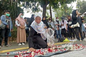"""Gerakan """"Solidaritas Emak Emak"""" tabur bunga di Polda  Metro Jaya"""