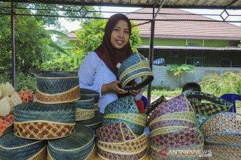 Kaum Ibu kembangkan kerajinan tanjak dari bambu