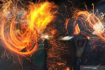 Pemuda Desa Adat Tuban-Badung lakukan tradisi Perang Api