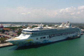 Koster sambut kapal Explorer Dream di Pelabuhan Benoa