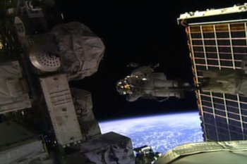 Cetak sejarah, tim astronot perempuan NASA berjalan di luar  angkasa