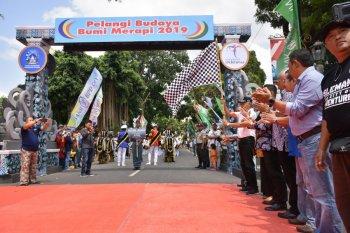 Karnaval Pelangi Budaya Bumi Merapi diserbui ribuan warga