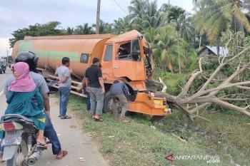 Saat berhenti tronton ditabrak mobil tangki, satu orang tewas
