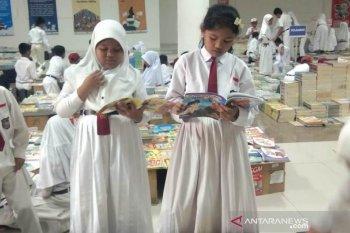 Ribuan judul buku dipamerkan dan dijual murah