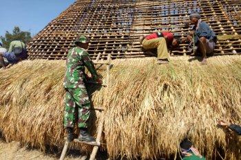 Satgas Pamtas Yonif Raider 142/KJ bantu warga bangun rumah adat