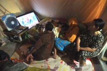 Nonton pelantikan presiden di tenda pengungsian