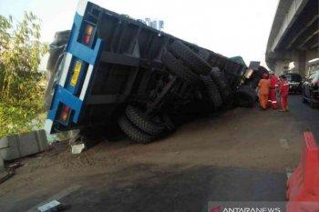 Truk terguling di Tol Jakarta-Cikampek berimbas kepadatan