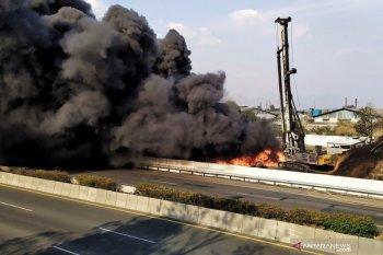Pipa Pertamina di pinggir Tol Padalarang-Buah Batu terbakar