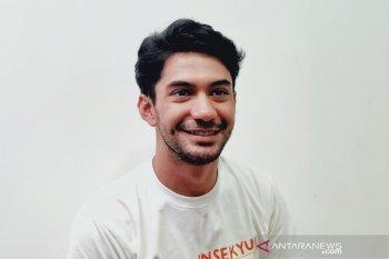 "Reza Rahadian tulis lagu untuk soundtrack  film ""Imperfect"""