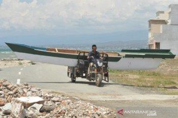 Mengangkut perahu dengan sepeda montor