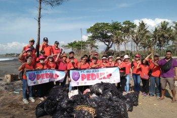 Relawan peduli lingkungan perangi sampah plastik di Pantai Masceti Gianyar