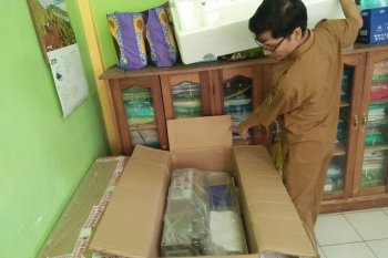 Poktan Mukomuko terima alat pengemasan produk rumah tangga