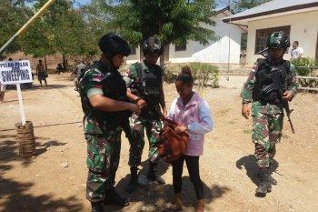 Satgas Pamtas Yonif R 142/KJ bersama polisi