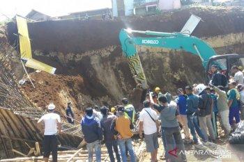 Lima orang pekerja tertimbun longsoran di lokasi proyek