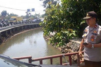 Mayat bayi terbungkus kain kafan ditemukan di pinggir sungai