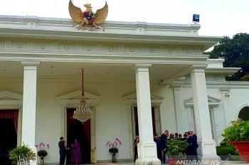Jokowi berdiskusi dengan dubes LBBP di beranda Istana Merdeka