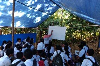 Siswa SMP di desa Waai masih belajar di tenda pengungsi