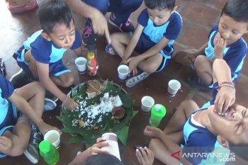 """80 anak """"megibung"""" makan ikan peringati Hari Ikan Nasional"""