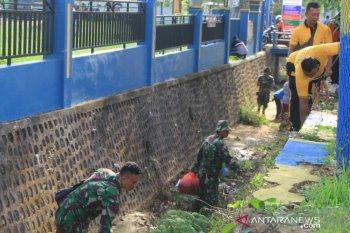 Kodim Pamekasan gerakkan personel bersih-bersih sampah plastik