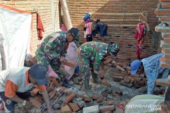 Kodim Sumbawa bersihkan rumah korban angin kencang