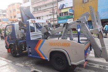 Dishub Ambon tertibkan kendaraan roda empat parkir di badan jalan