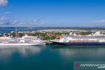 Dua kapal mewah turunkan turis asing di Pelabuhan Benoa