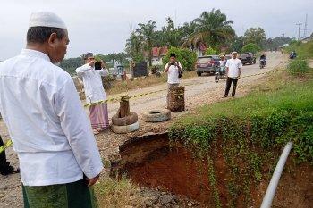H Mashuri pantau jalan ambles di Desa Sungai Sahut