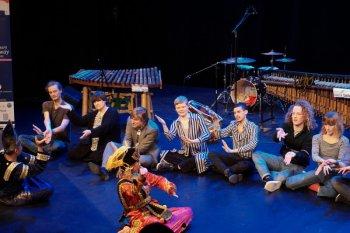 Warga Norwegia terpesona tarian Minang dan permainan angklung