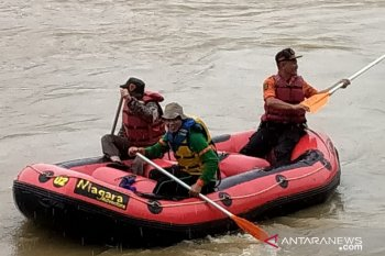 Tim SAR Sukabumi cari pria yang mencebur ke Sungai Cimandiri