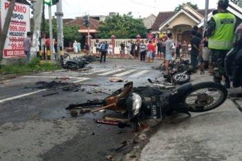 Jelang laga Persebaya vs Arema FC, suporter terlibat bentrok, sejumlah sepeda motor dibakar