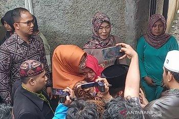 Bupati Ade Yasin memeluk erat remaja yang ditinggal tewas sekeluarga di Bogor