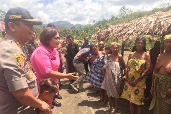Polres Haltim salurkan bantuan untuk Suku Tugutil di pedalaman Halmahera