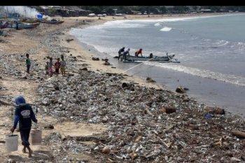Sampah terdampar di Pantai Kedonganan