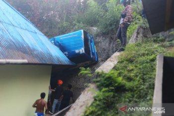Tujuh orang di Ambon terluka akibat angkot terperosok ke jurang