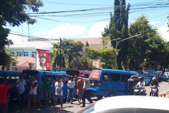 Sopir angkot tutup jalan demonstrasi kebijakan Dishub Ternate