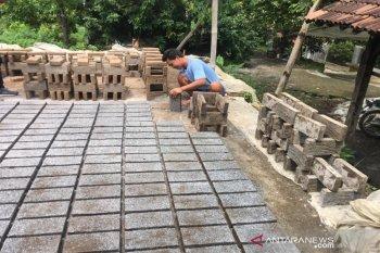 Produksi batu bata di Boyolali musim hujan turun