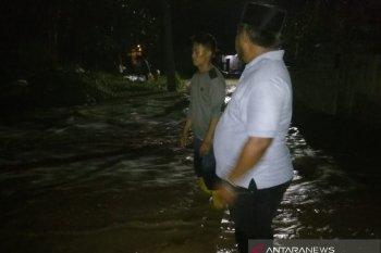 Tanggul Sungai Citarum di Bekasi jebol akibatkan akses warga tertutup