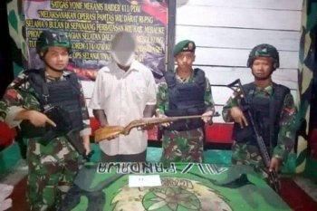 Mantan simpatisan OPM serahkan senpi kepada TNI