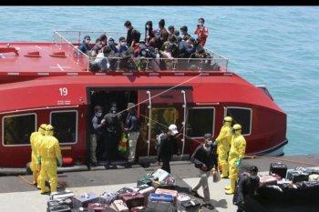 Evakuasi kru kapal World Dream