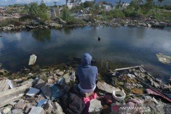 Warga mancing di bekas lokasi bencana likuefaksi Balaroa
