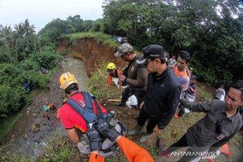 Sepuluh makam tergusur longsor di Bogor, evakuasi kerangka di tebing
