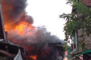 Belasan rumah di Rawasari Kota Jambi terbakar