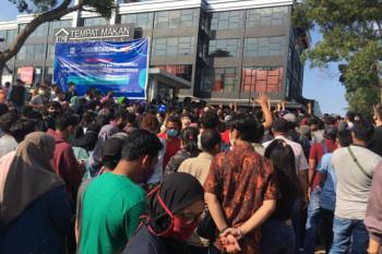 Antrian warga menunggu vaksin di Batam